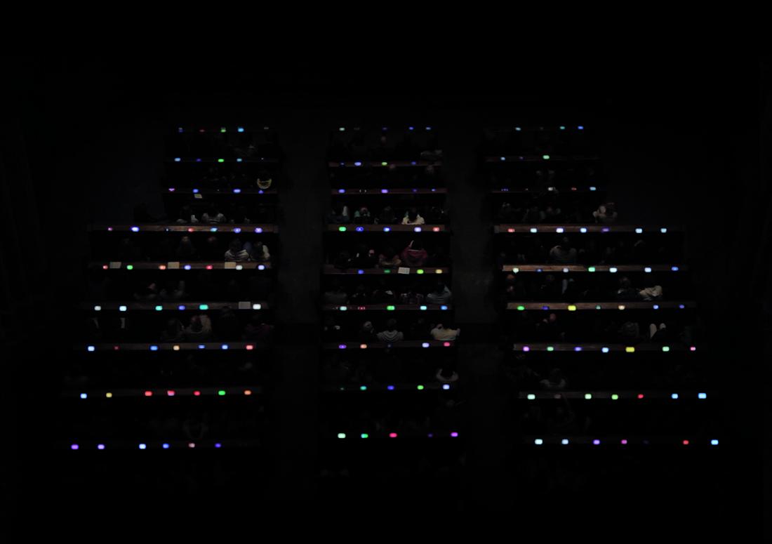 Leuchtende Smartphones ergeben eine interaktive Komposition im Kölner Dom