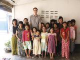 "Ein Betreuer der Organisation ""Hope for Life e.V."" kümmert sich vor Ort um die Kinder"