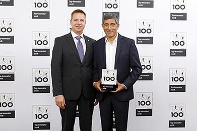 invenio-Vorstand Kai F. Wißler nimmt die TOP 100-Auszeichnung von Ranga Yogeshwar entgegen