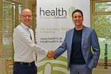 health-h-Gründer Björn Zeien hier mit Wolfgang Gröting, dem Geschäftsführer des Fraunhofer-inHaus-Zentrums in Duisburg.